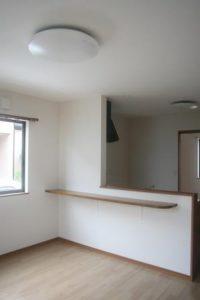 高知市神田のK様邸、サンブランドハウスの新築完成写真です。対面キッチンになります。カウンターテーブルが素敵です。