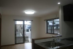 高知市神田のK様邸、サンブランドハウスの新築完成写真です。対面キッチンになります。