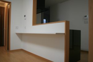 岡山県倉敷市Y様邸の新築完成写真のキッチンです。カウンターテーブルがおしゃれです。
