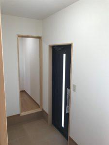 岡山県赤磐市M様邸の新築完成写真の玄関です。