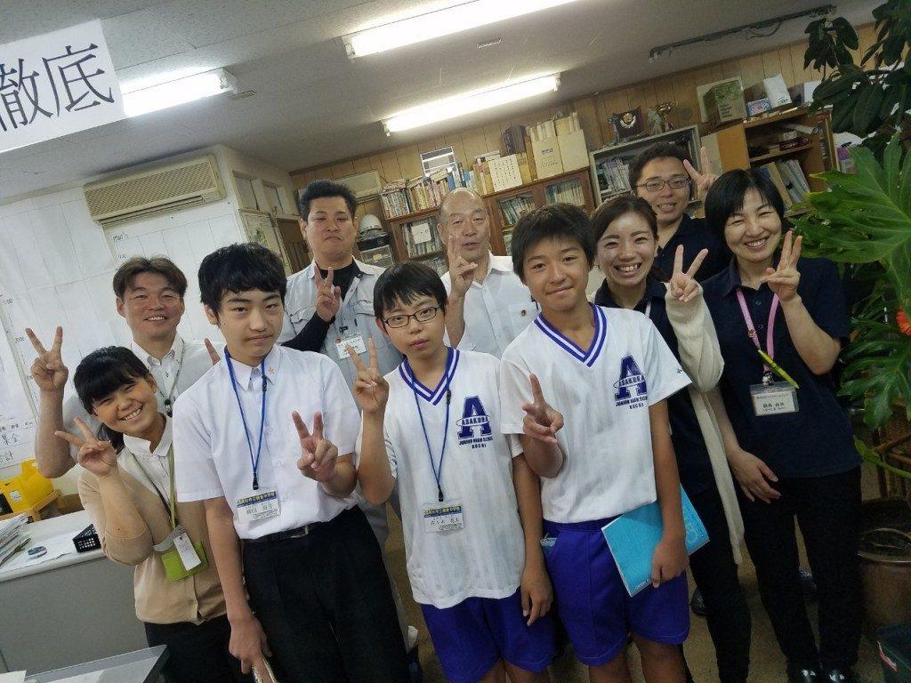 シオミホームイング高知西店へと中学生が職場体験に来た時の集合写真です。