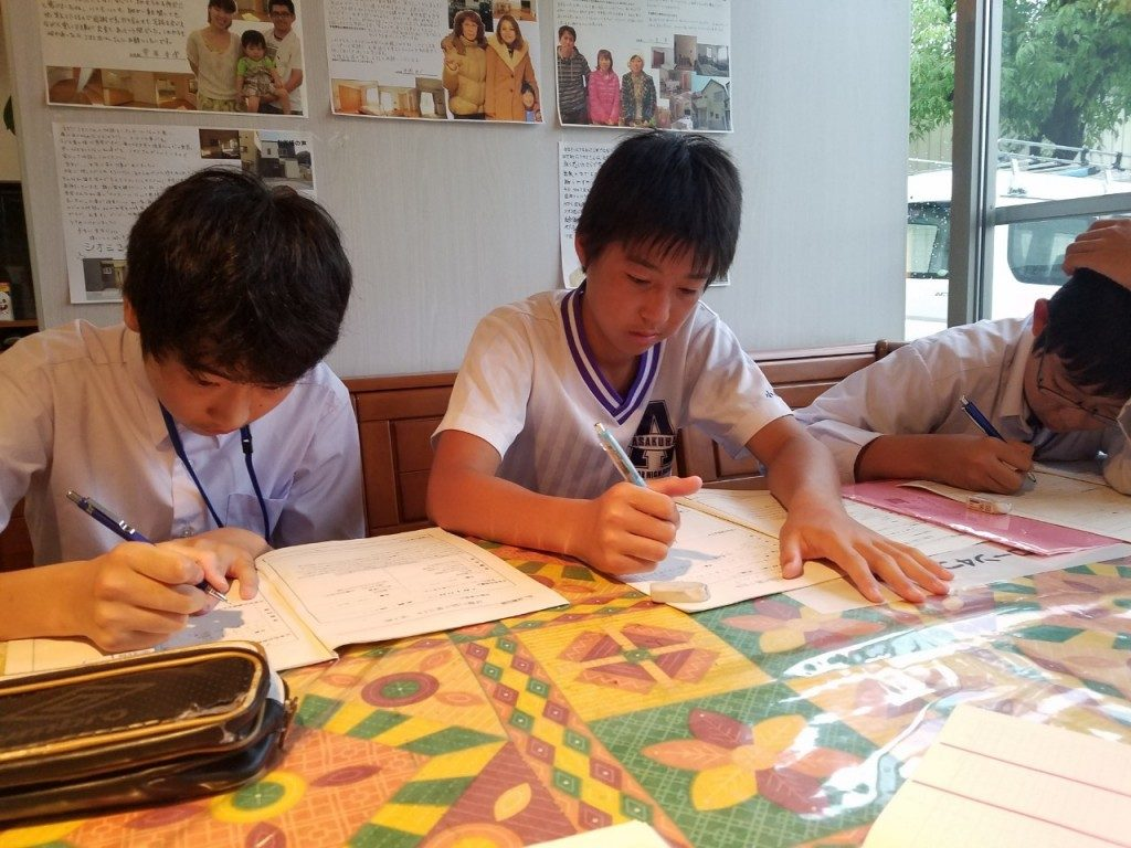 シオミホームイング高知西店へと中学生が職場体験に来た時の写真です。